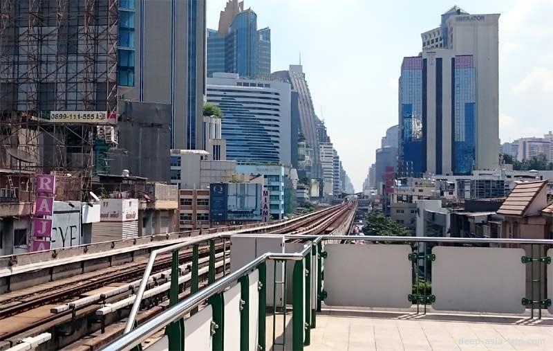 ナナ駅のフォームからも建物が見えるくらいの距離